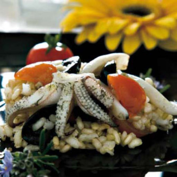 Insalata fredda di riso integrale con capperi, olive e seppie profumate al rosmarino